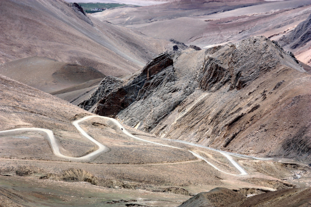 a pass in the Tethyan Himalaya on the way to Rongbuk Monastery. Photo captured by the author just north of Lao Tingri.