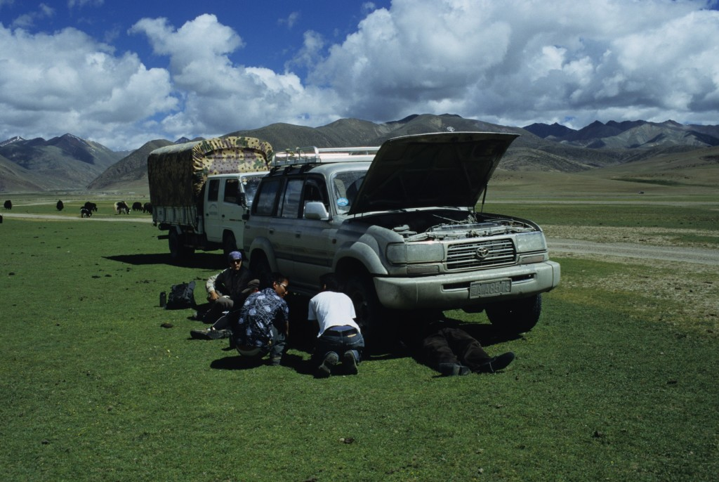 Photo 5. Repairing a Landcrusier in southern Tibet. (Photo credit – K.Larson)