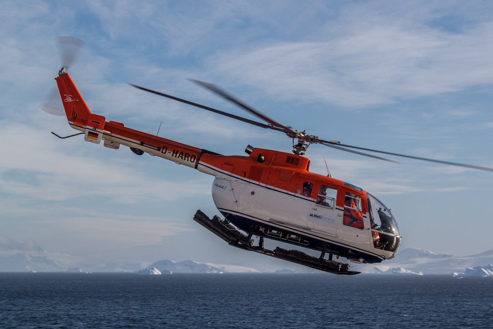 Board-helicopter shuttling a shore party to the continent (©Thomas Ronge).