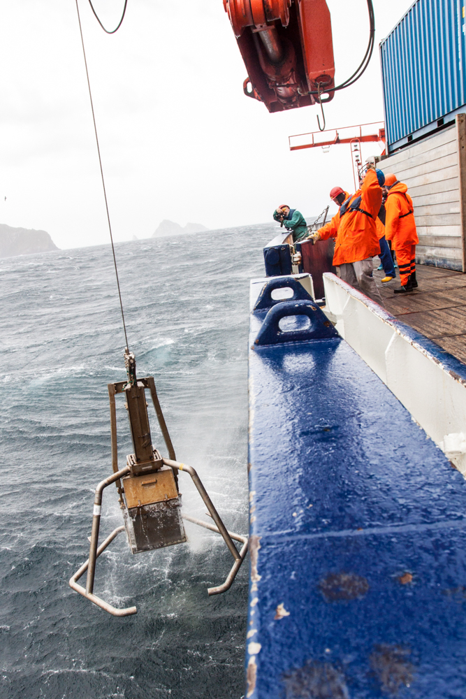 The box grab is hauled back on board off the Isla de los Estados (@ Thomas Ronge).