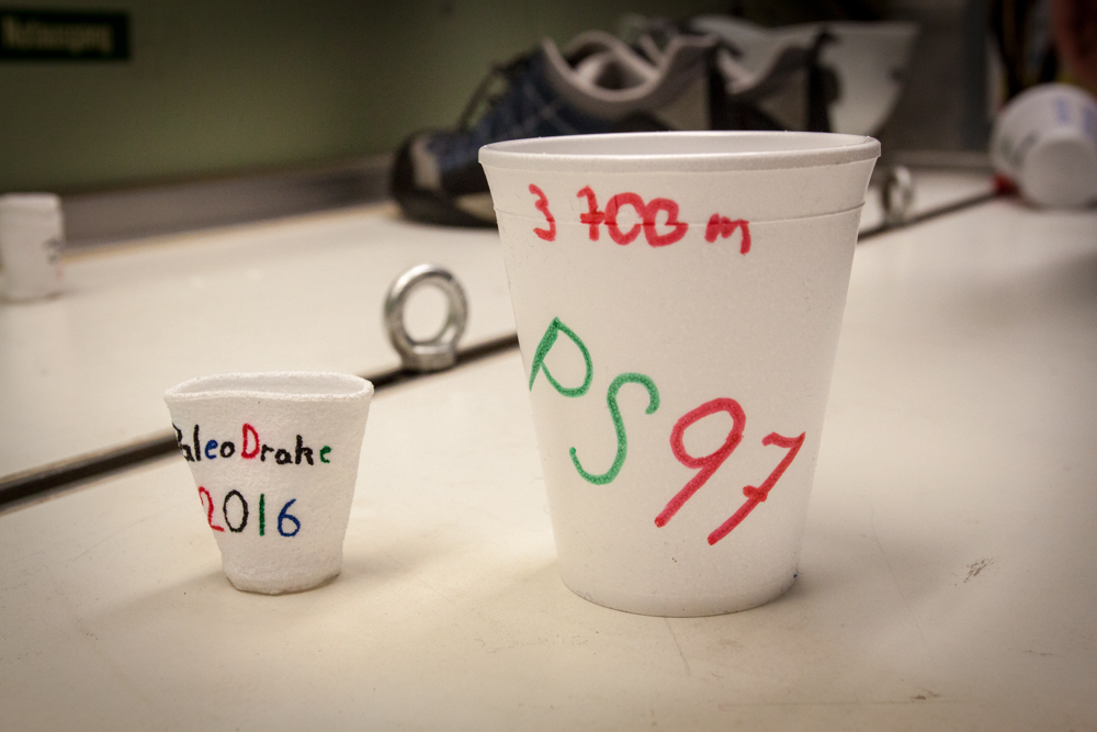 Cups before (right) and after (left) being send down to 3700 m water depth (©Thomas Ronge).